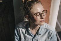 Donna seduta sul davanzale della finestra — Foto stock