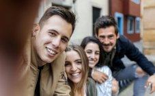 Sourire des amis prenant selfie — Photo de stock