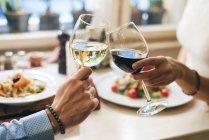Coppia brindando con vino — Foto stock