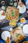 Freunde, Essen, Pizza und Pommes frites — Stockfoto