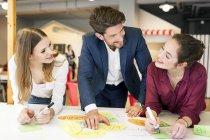 Gens d'affaires travaillant ensemble lors d'un atelier — Photo de stock