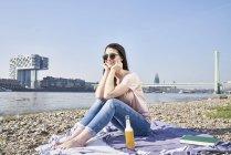 Donna che beve birra — Foto stock