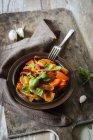 Ригатони с тушеный перец соусом — стоковое фото