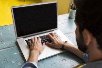 Hombre trabajando con su portátil - foto de stock