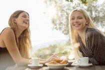 Lachenden Freunden frühstücken — Stockfoto