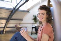 Mulher fazendo uma pausa para o café — Fotografia de Stock