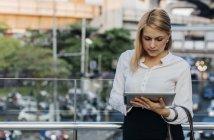 Empresaria usando tableta - foto de stock