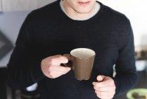 Homem com xícara de café — Fotografia de Stock