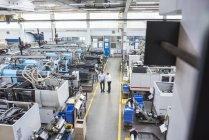Homens com pé de tablet na fábrica — Fotografia de Stock