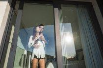Paar umarmt am Fenster — Stockfoto