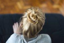 Donna con capelli rossicci seduta — Foto stock