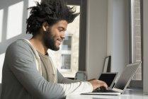 Людина, що використання ноутбука і планшета — стокове фото