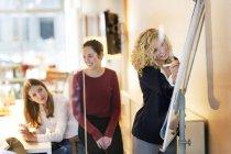 Ділових людей, які відвідують семінар в офісі — стокове фото