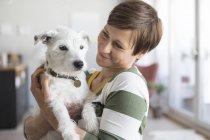 Femme assise wth chien — Photo de stock