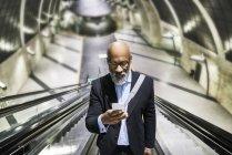 Uomo d'affari utilizzando smartphone — Foto stock