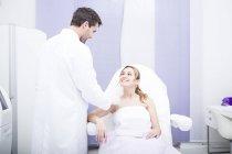 Médico falando com a mulher no momento da cirurgia — Fotografia de Stock