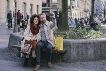 Пара беручи selfie на лавці — стокове фото