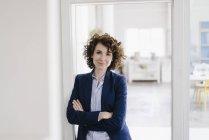 Geschäftsfrau stehend mit Arme verschränkt — Stockfoto
