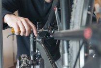 Механік велосипедів, зміна задня підвіска — стокове фото