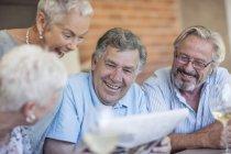 Uomo anziano divertirsi con gli amici — Foto stock