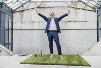 Funky бізнесмен з піднятими руками — стокове фото