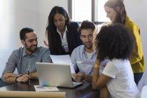 Menschen teilen laptop — Stockfoto