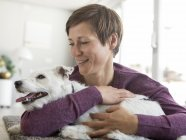 Mulher abraçando cão — Fotografia de Stock