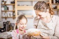 Mãe e filha fazer pão — Fotografia de Stock
