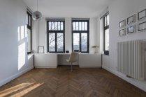 Salle vide avec chaise — Photo de stock