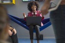 Жінка в гамаку з ноутбуком — стокове фото