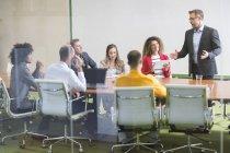 Homme d'affaires menant une réunion — Photo de stock