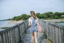 Donna che cammina sul lungomare — Foto stock