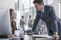 Бізнесмен говорити з жінкою в офісному столі — стокове фото