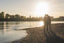 Старшая пара обнимается на пляже — стоковое фото