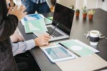 Persone che hanno una riunione in ufficio — Foto stock