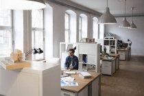 Mann arbeitet am Schreibtisch — Stockfoto
