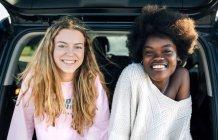 Meilleures amies assis dans la voiture — Photo de stock