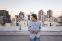 Homme debout sur le toit-terrasse — Photo de stock