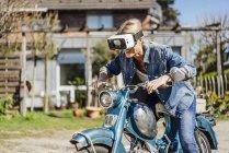 Жінка сидить на vintage мотоцикл — стокове фото