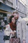 Brautpaar stehend mit Einkaufstasche — Stockfoto
