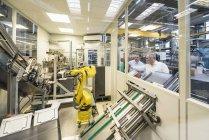 Männer untersuchen Industrieroboter — Stockfoto