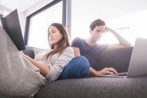 Пара отдыха с книгой и ноутбуком — стоковое фото