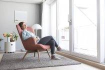 Женщина отдыхает на кресле — стоковое фото