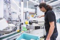 Человек работает на заводе — стоковое фото