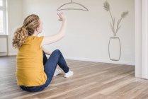 Donna che pensa al design d'interni — Foto stock
