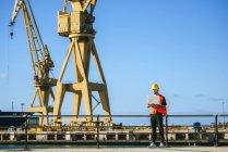 Портовый рабочий с помощью ноутбука — стоковое фото