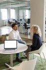 Два коллеги разговаривают в офисе — стоковое фото