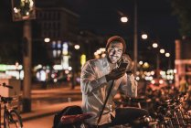 Man using cell phone on street — Stock Photo