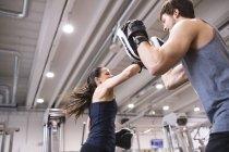 Женщина, бокс с тренером — стоковое фото