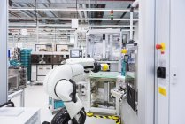 Robot d'assemblage en usine — Photo de stock